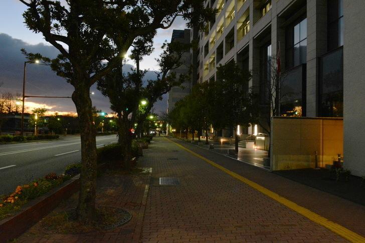 【福岡散歩日誌7】夕方の「舞鶴・赤坂辺り」を散歩【12月】:明治通りの歩道