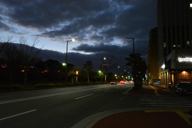 【福岡散歩日誌7】夕方の「舞鶴・赤坂辺り」を散歩【12月】:明治通りの広い道路と紺色の雲