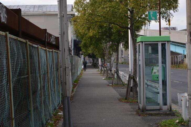 福岡散歩日誌:歩道と電話ボックス