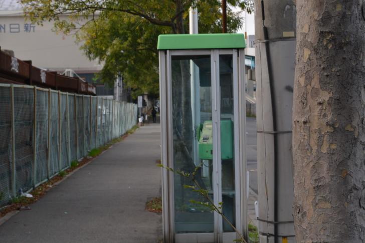 福岡散歩日誌:歩道と電話ボックス2