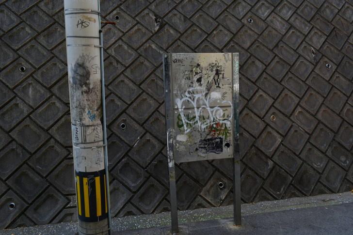 福岡散歩日誌:何かが貼ってあったであろう看板