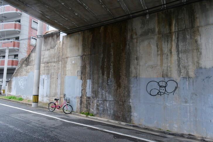 福岡散歩日誌:高架下の壁の落書きと自転車