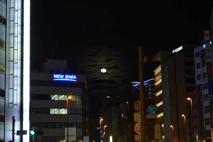 【福岡散歩日誌5】夜の薬院駅付近を散歩【12月】:不穏な雰囲気を漂わせる満月