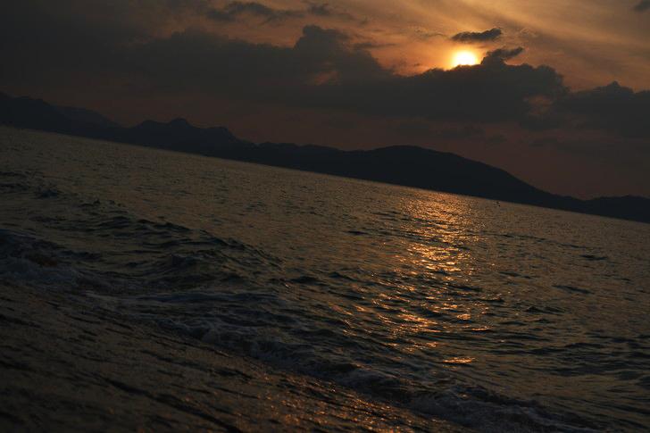 「マリンワールド」と「志賀島」を散歩:波と夕日