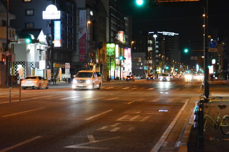 「日赤病院前(日赤通り)」と「高宮駅」近くの飲食店街を散歩【1月】:車道。夜の9時だからまだ全然車は通ってる