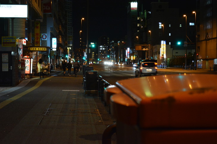 「日赤病院前(日赤通り)」と「高宮駅」近くの飲食店街を散歩【1月】:都会の歩道