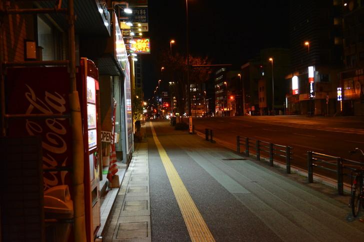 「日赤病院前(日赤通り)」と「高宮駅」近くの飲食店街を散歩【1月】:自販機と歩道