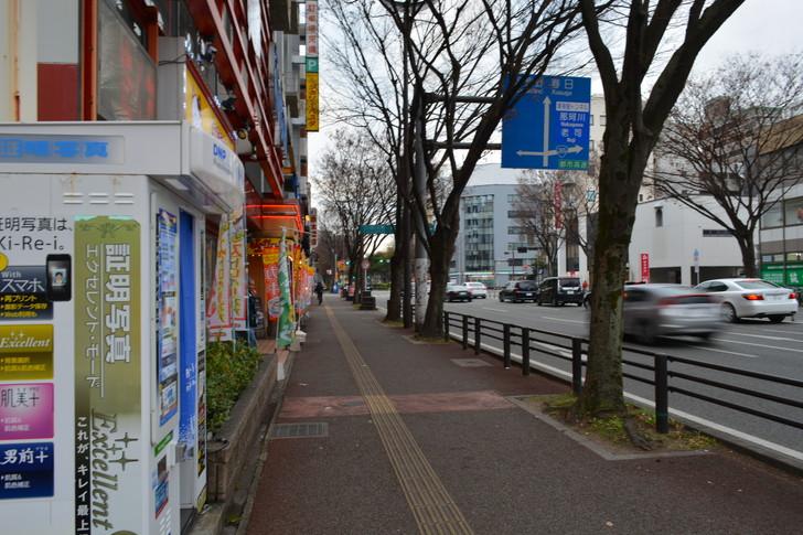 「カラオケまねきねこ」の前の歩道