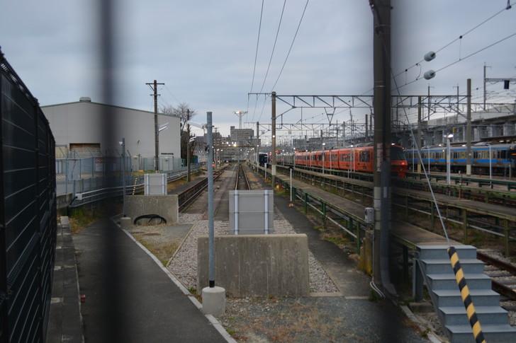 フェンス越しに駅の中を撮影