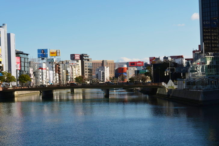 ビルに挟まれた大通り「天神橘口交差点~博多川通り」を散歩