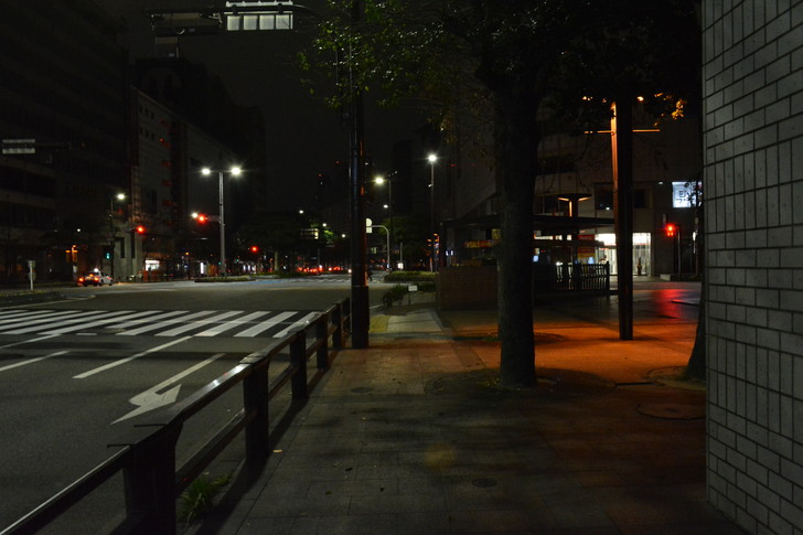 深夜の歩道と道路