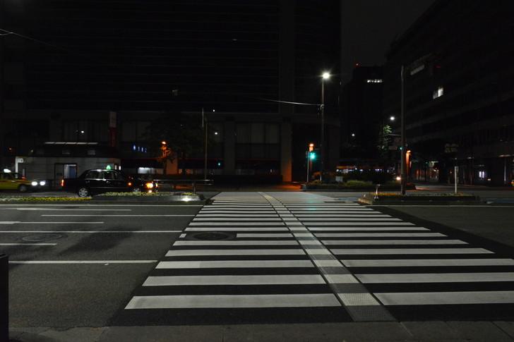 深夜でも交差点付近は明るいので撮影しやすい