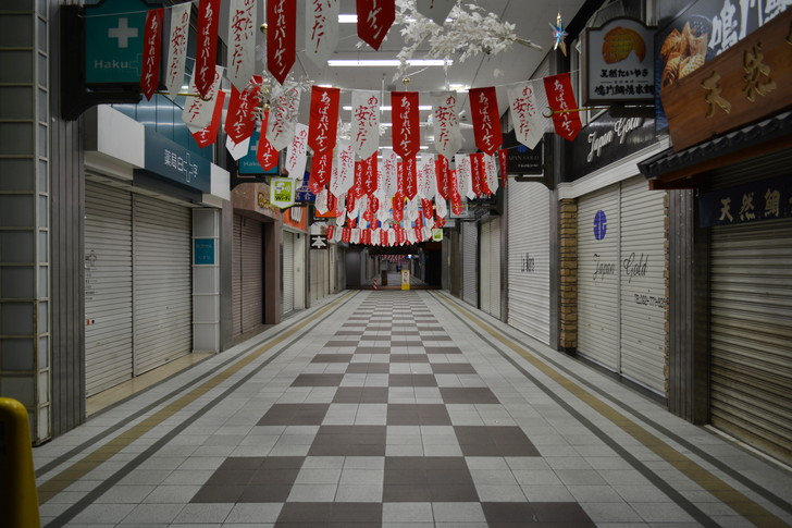 深夜でも明るい新天町商店街
