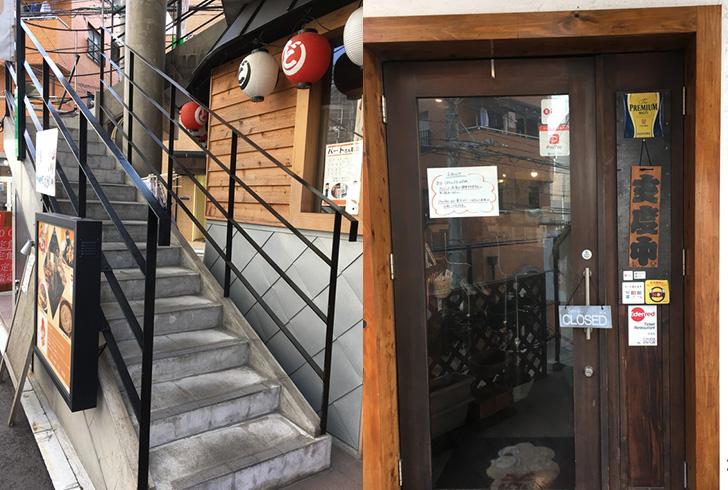 今日のランチはココ。薬院の食堂「笑うかど」グルメレポート:外観。写真左の階段を上ると、「笑うかど」への入り口がある