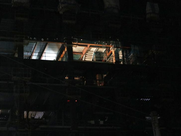 キレイで開放的な景観、都会感を楽しめる「博多駅~サンロード商店街」までを散歩:工事中のビル