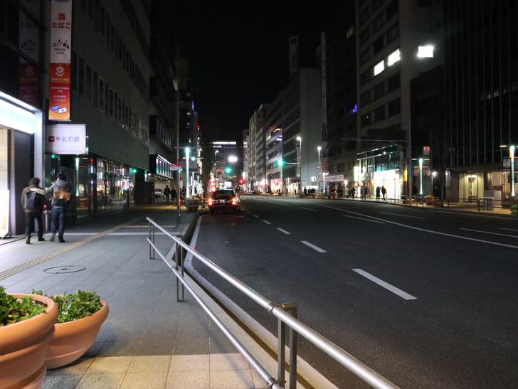 キレイで開放的な景観、都会感を楽しめる「博多駅~サンロード商店街」までを散歩:はかた駅前通り