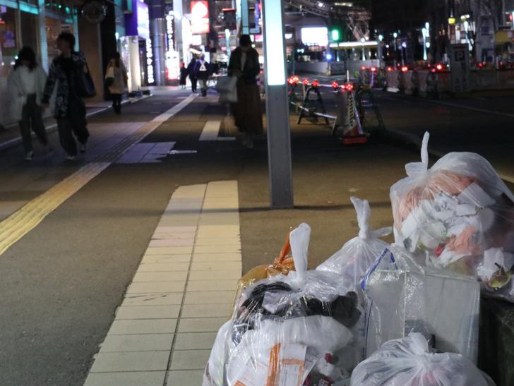 キレイで開放的な景観、都会感を楽しめる「博多駅~サンロード商店街」までを散歩:ゴミ袋と歩道