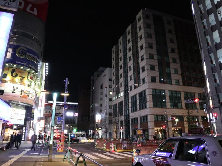 キレイで開放的な景観、都会感を楽しめる「博多駅~サンロード商店街」までを散歩:博多駅前二丁目交差点