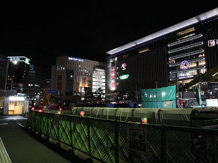 キレイで開放的な景観、都会感を楽しめる「博多駅~サンロード商店街」までを散歩:JR博多駅1
