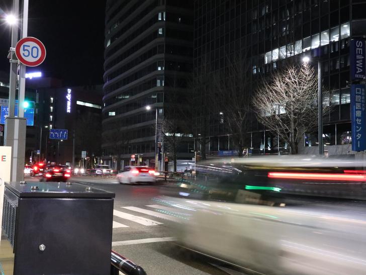 キレイで開放的な景観、都会感を楽しめる「博多駅~サンロード商店街」までを散歩:深夜なのに、交通量も全然少なくない
