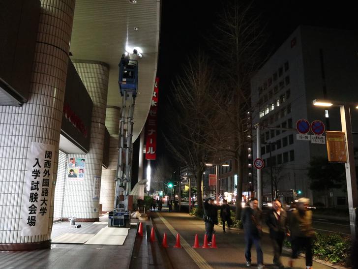 キレイで開放的な景観、都会感を楽しめる「博多駅~サンロード商店街」までを散歩:高いところで何かやってます