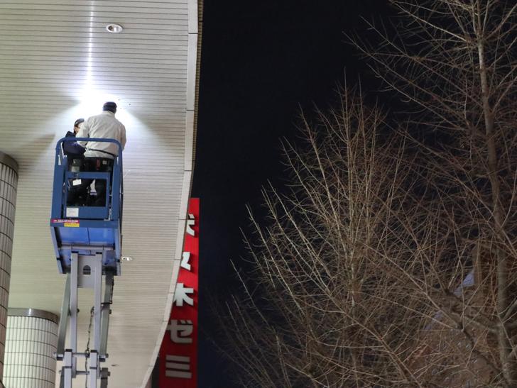 キレイで開放的な景観、都会感を楽しめる「博多駅~サンロード商店街」までを散歩:高所作業車を使ってライトを点検中?
