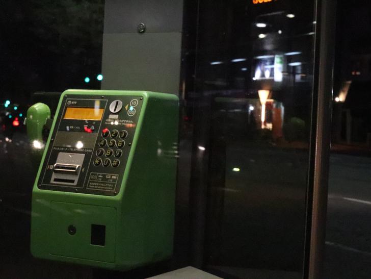 キレイで開放的な景観、都会感を楽しめる「博多駅~サンロード商店街」までを散歩:電話ボックス(アップ)