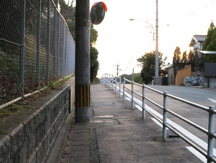 """霊園周りのちょっと不思議な空間「福岡市中央区""""平和""""」を散歩:霊園出て左向いた"""