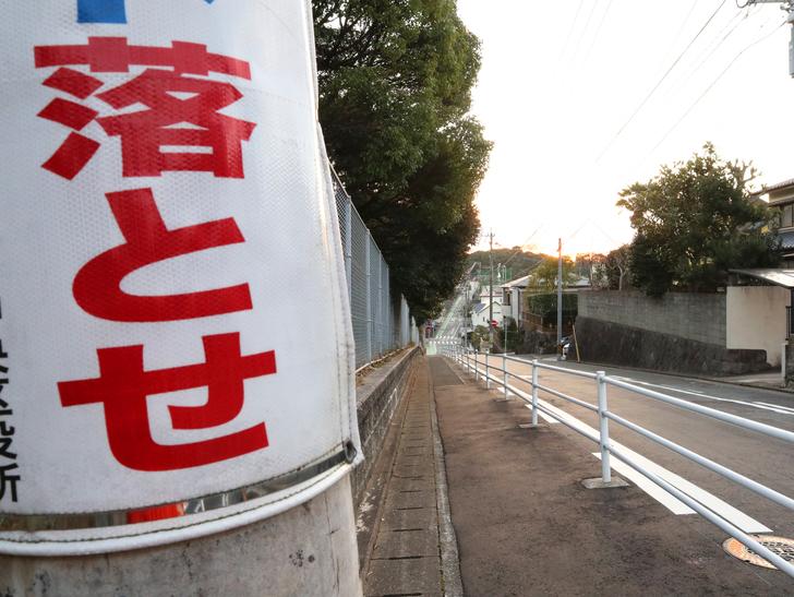 """霊園周りのちょっと不思議な空間「福岡市中央区""""平和""""」を散歩:長い下り坂"""