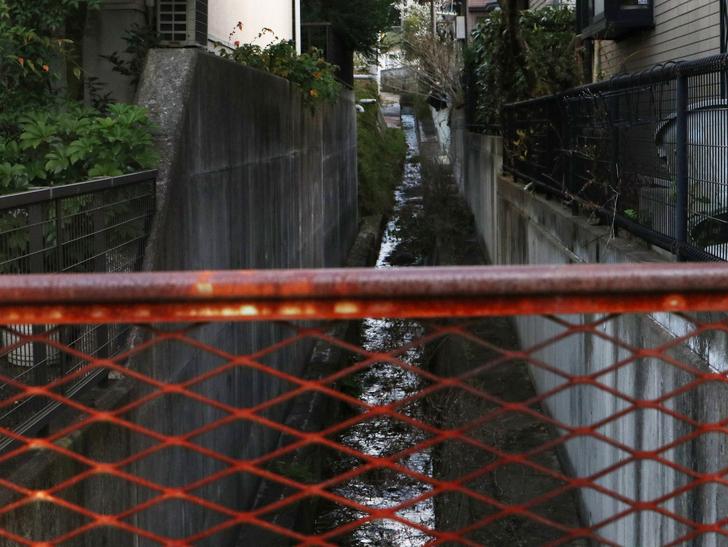 """霊園周りのちょっと不思議な空間「福岡市中央区""""平和""""」を散歩:排水路とフェンス"""