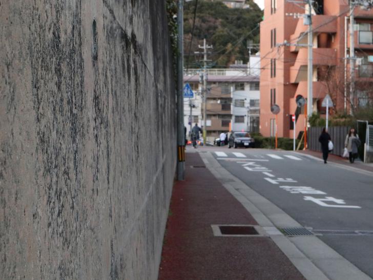 """霊園周りのちょっと不思議な空間「福岡市中央区""""平和""""」を散歩:反り立つ壁"""