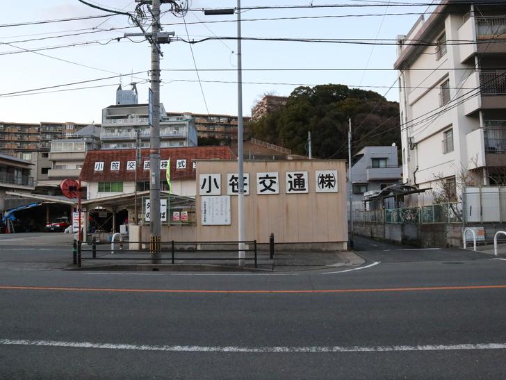 """霊園周りのちょっと不思議な空間「福岡市中央区""""平和""""」を散歩:横から見た小笹交通"""