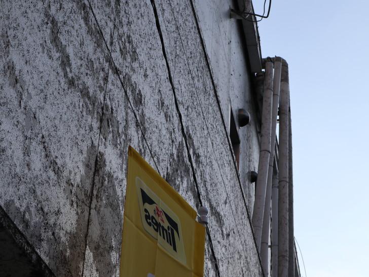 落ち着いた雰囲気の裏道「平尾(山荘通)~薬院大通付近」を散歩:少し老朽化したように見えるビルの壁