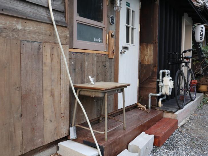 落ち着いた雰囲気の裏道「平尾(山荘通)~薬院大通付近」を散歩:懐かしい学校机