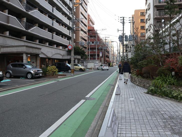 落ち着いた雰囲気の裏道「平尾(山荘通)~薬院大通付近」を散歩:ロイヤルホストの脇の道を進む