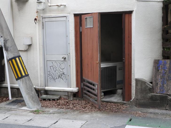 落ち着いた雰囲気の裏道「平尾(山荘通)~薬院大通付近」を散歩:なんか味のある扉