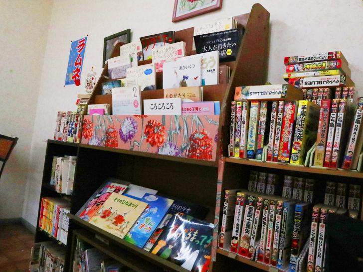 【呉服】おやつにピッタリ!「むっちゃん万十 呉服町店」:たくさんの漫画や絵本