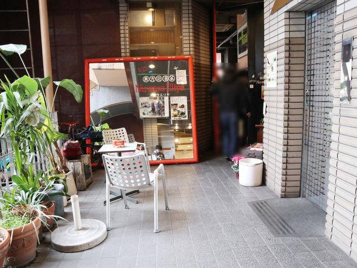 【赤坂】毎週通える本格スリランカカリー「ヌワラエリヤ」グルメレポート:階段を昇ると「ヌワラエリヤ」の入り口が見える