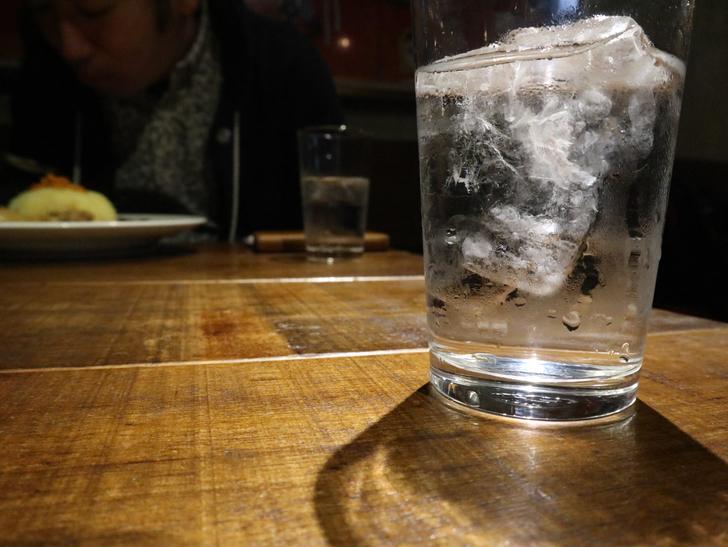 【赤坂】毎週通える本格スリランカカリー「ヌワラエリヤ」グルメレポート:テーブルと水