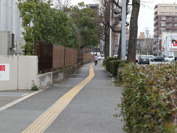区役所周りの落ち着いた通り「福岡市南区塩原」をゆったり散歩:歩道