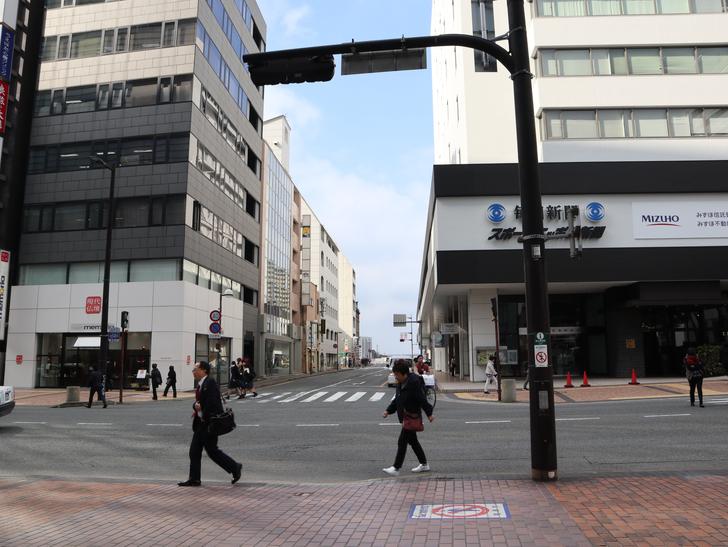 「アクロス福岡前」交差点