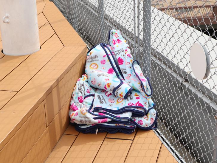 【博多】「水上公園」からの眺めが最高!:忘れもの?か何かの毛布(かブランケット)