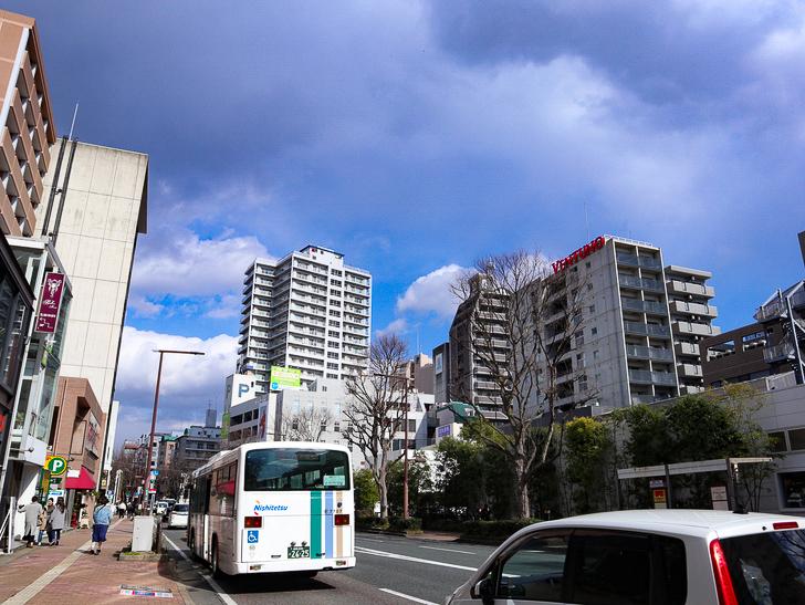 オシャレで趣のある街並み「警固交差点~大濠公園近く」までを散歩:国体道路(HottoMottoがあるところらへん)と青空