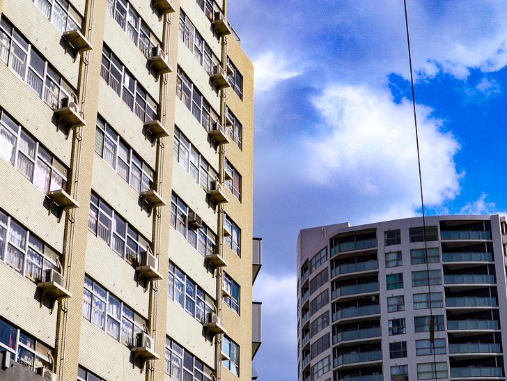 オシャレで趣のある街並み「警固交差点~大濠公園近く」までを散歩:たくさんの室外機と青空