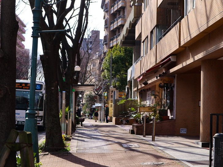 オシャレで趣のある街並み「警固交差点~大濠公園近く」までを散歩:警固町バス停付近