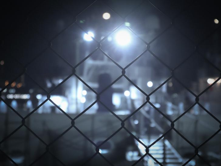 癒される異空間「深夜の須崎ふ頭」を散歩:フェンス越しの船