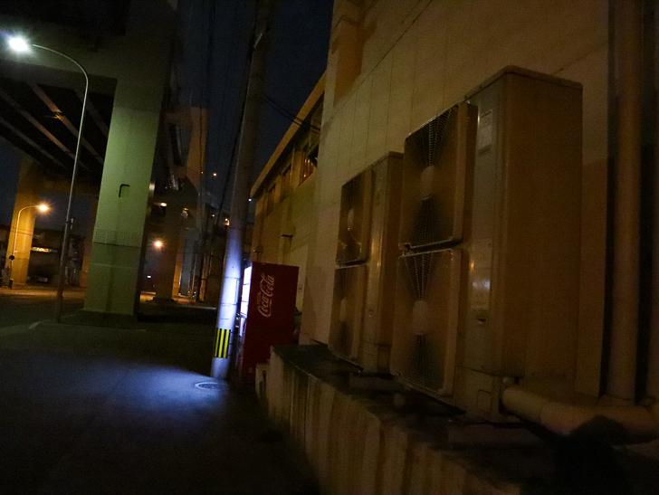 癒される異空間「深夜の須崎ふ頭」を散歩:室外機と自販機