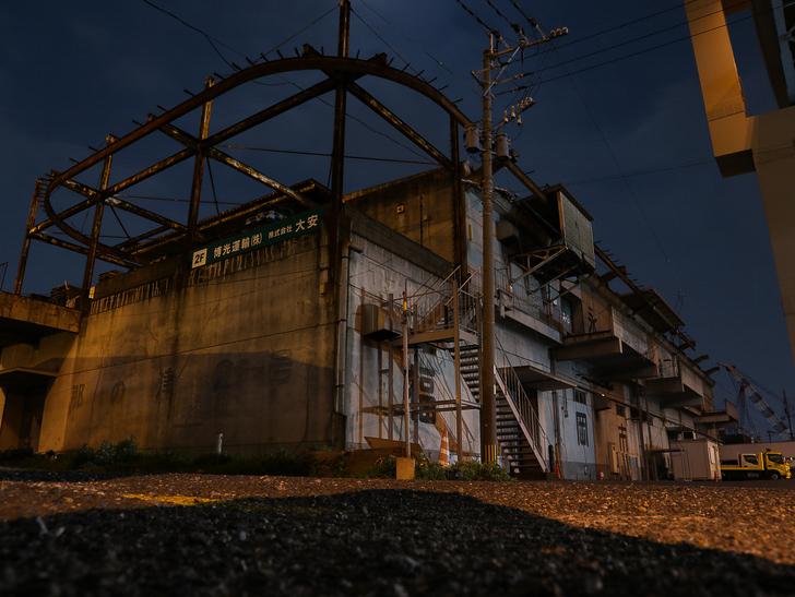 癒される異空間「深夜の須崎ふ頭」を散歩:シャッタースピード落としまくって撮影した倉庫