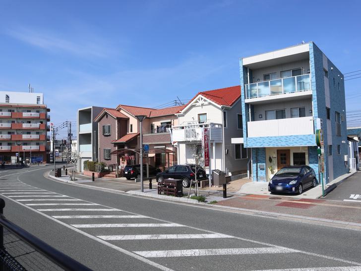 【福岡市東区】晴れた青空が似合う「名島駅」の周辺写真:とても可愛らしい建物が並んでいる