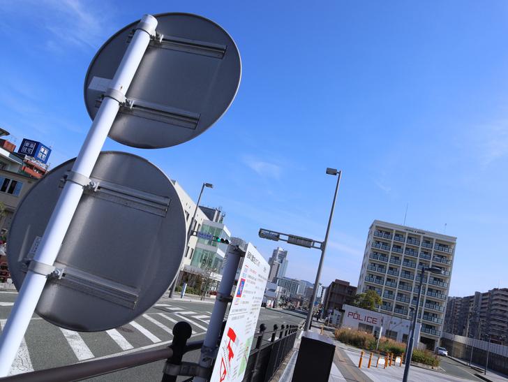 【福岡市東区】晴れた青空が似合う「名島駅」の周辺写真:道路標識と交差点